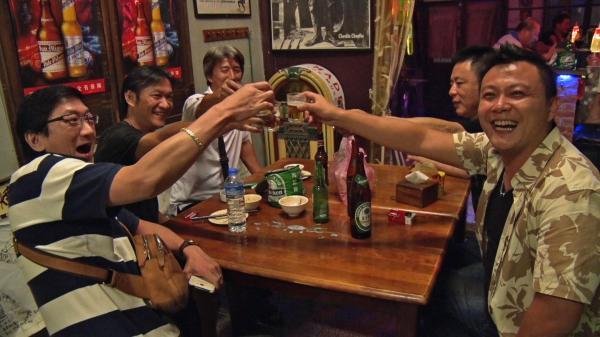 11月5日(木)放送予定、台湾・台南の「入りにくい居酒屋」で乾杯をするお客さんたち