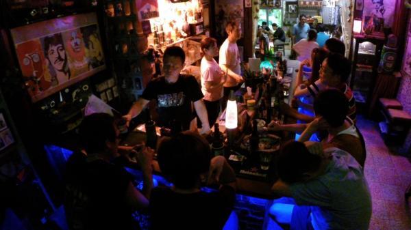 台湾・台南の「入りにくい居酒屋」の店内=NHK提供
