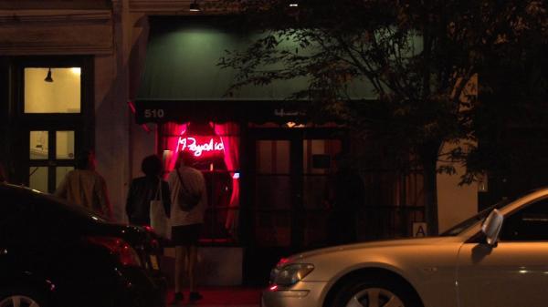 11月12日(木)放送予定、アメリカ・マンハッタンの「入りにくい居酒屋」の外観=NHK提供