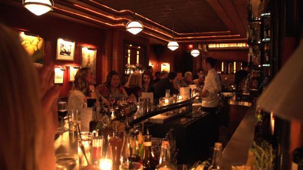 アメリカ・マンハッタンの「入りにくい居酒屋」の店内=NHK提供