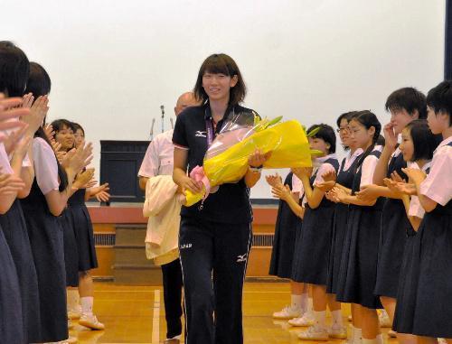 拍手で後輩から祝福される江畑幸子選手=聖霊女子短大付属中・高