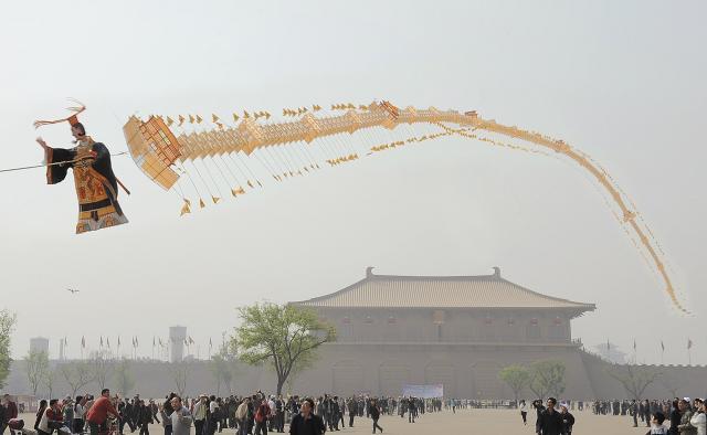 西安の巨大凧――秦の始皇帝と万里の長城