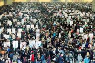 大勢の来場者でにぎわうコミックマーケット=2013年12月30日