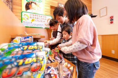 小学4年までの子どもには一つプレゼントされるおもちゃコーナー