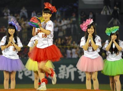 始球式を行う「ももいろクローバーZ」の百田夏菜子さん=2013年、Kスタ宮城