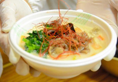 飛騨牛すったて鍋。大豆の風味がきいたまろやかなスープと、香ばしく焼いた飛驒牛の相性が抜群