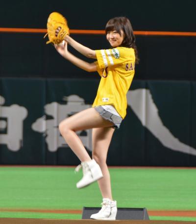試合前のセレモニーでマウンドから投球するHKT48の指原莉乃さん=2015年9月28日、福岡市中央区のヤフオクドーム