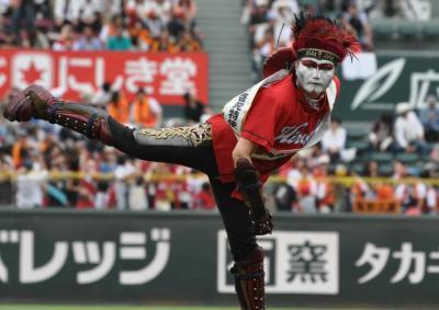 始球式で力投するデーモン閣下さん=2013年、広島市のマツダスタジアム