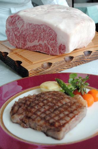米沢牛は肉の味が濃いので、ソースの味付けは和風が合うという