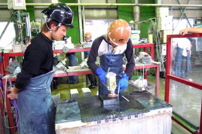 研修で自ら墓石を研磨する若手社員