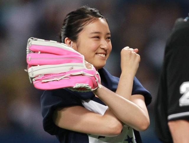 始球式を終え笑顔を見せる武井咲さん=2012年、ナゴヤドーム