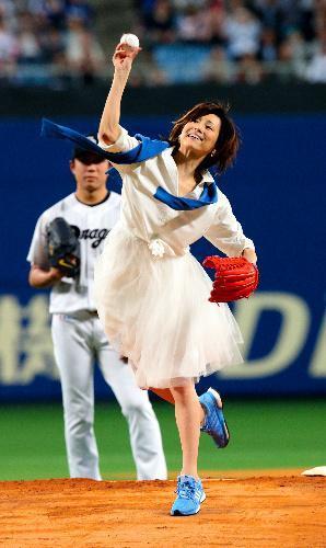 始球式のマウンドに立った女優の米倉涼子さん=2015年3月31日、吉本美奈子撮影