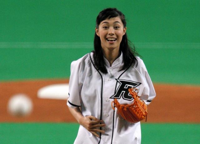 中日―巨人戦で始球式を務めた女優の吹石一恵さん= 2008年、ナゴヤドーム