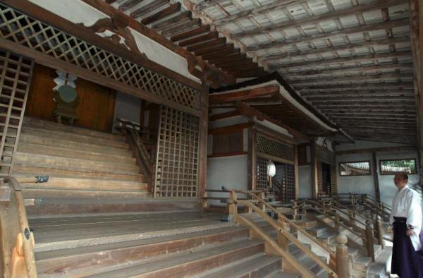 日本最古の神社建築、公開された宇治上神社本殿の内殿三社=2004年2月26日