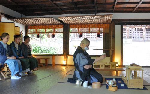 拝殿で茶をたてる煎茶道瑞芳菴流の大田和博仙家元(中央)=宇治市の宇治上神社、2015年6月1日