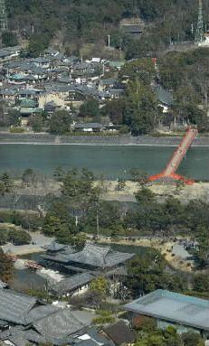 平等院鳳凰堂と宇治上神社(後方奥)=2004年2月25日、京都府宇治市で、本社ヘリから