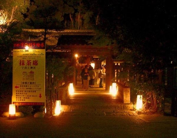 灯籠に浮かび上がる世界遺産の宇治上神社=2006年10月22日、宇治市で