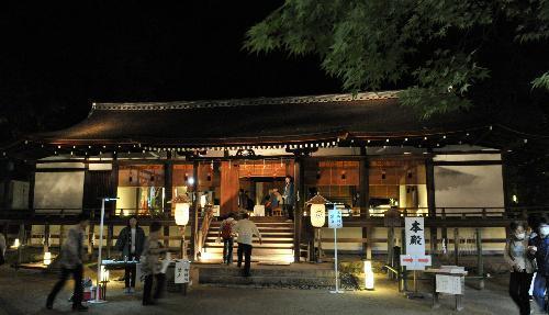 ライトアップされた宇治上神社の拝殿に茶席が設けられた=宇治市、2015年9月26日