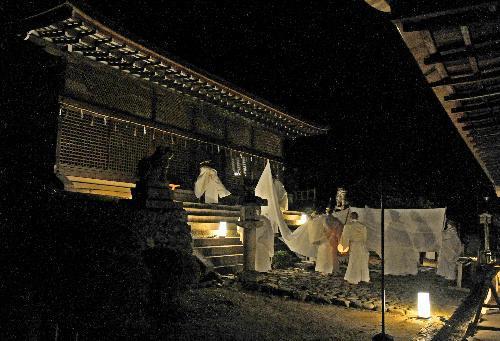 修理の終わった本殿(左)に神体が運び込まれた=2014年12月24日、京都府宇治市の宇治上神社、小山琢撮影