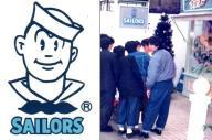 水兵をモチーフにしたセーラーズのロゴ(左)と、1985年当時の店頭での行列