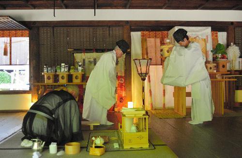 宇治上神社拝殿での献茶式=2014年6月1日、宇治市