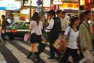 2004年9月当時の新宿・歌舞伎町。夜になると、道行く女性にホストやスカウトらが声をかけていた