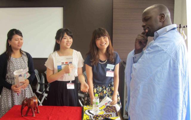 ケニア出身の三井物産社員(右端)が演じる交渉相手から、何とか商談をとりつけようとするビジネス交渉体験企画に参加した大学生たち