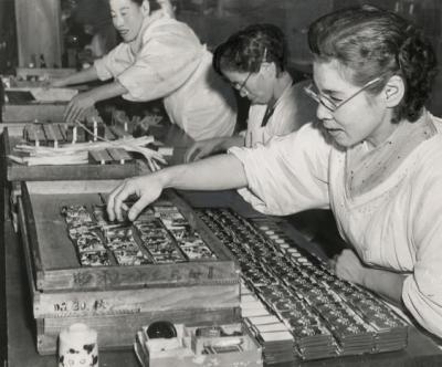 1956年の任天堂の花札工場