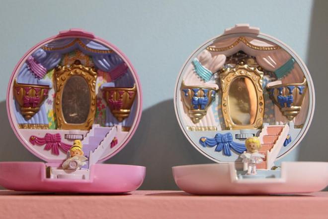 右が復刻版のポーリーポケット、左が元になったモデル「Ballerina Polly」。元のモデルをマチネ(昼公演)、復刻版をソワレ(夜公演)に見立てたそうです