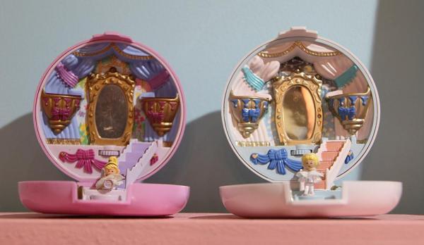 右が復刻版のポーリーポケット、左が元になった1993年のモデル「Ballerina Polly」。元のモデルをマチネ(昼公演)、復刻版をソワレ(夜公演)に見立てたそうです