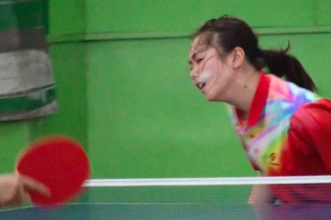 卓球で顔面ラリーをする少女