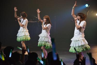 ネギをかたどったサイリウムを振るファンたちの前で歌うねぎっこ=新潟県民会館、2015年5月5日