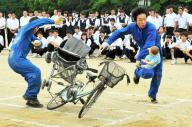 生徒たちの前で、交通事故を再現するスタントマン=埼玉県加須市の加須東中学校