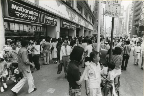 1974年、歩行者天国でにぎわう東京・新宿3丁目の新宿三越前の新宿通り