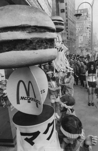 1971年、「マクドナルド新宿店」の開店祝いで、ハンバーガーのまといを振るアメリカンスクールの女子学生たち