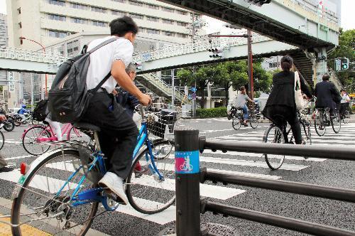 朝方には通勤や通学で自転車を使う人々が多く見られる=西宮市和上町の国道2号
