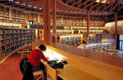 国際教養大のシンボルとも言える、24時間オープンの図書館。春休みでも机に向かう学生がいる=秋田市