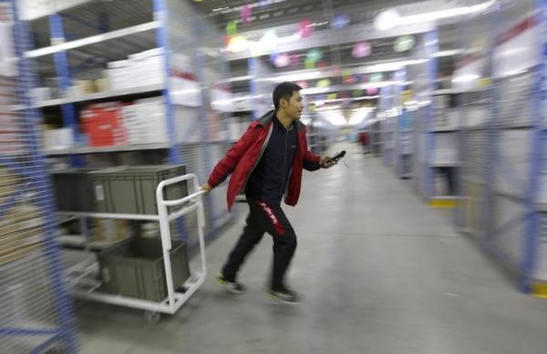 中国の「独身の日」のため、ネットショップの宅配センターの作業風景=中国・廊坊