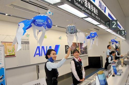 地元志望の学生に人気のエアライン系職場。搭乗カウンターに飾り付けられた「金魚ちょうちん」=岩国錦帯橋空港