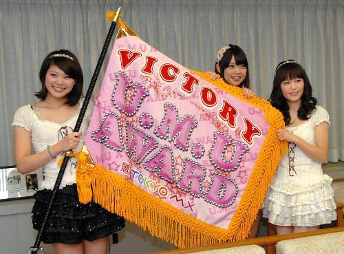「ご当地アイドル」が争った大会で優勝したNegicco=新潟市役所、2011年1月18日