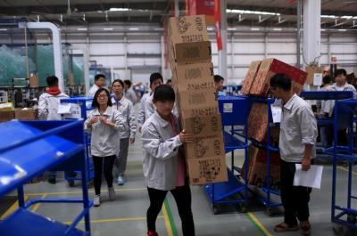 中国の「独身の日」のため、ネットショップの宅配センターの作業風景=中国・廊坊、ロイター