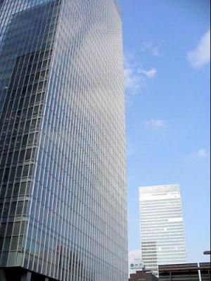 外資系企業が多く入居する東京駅八重洲口の「グラントウキョウサウスタワー(手前)」と「グラントウキョウノースタワー」=東京都千代田区で