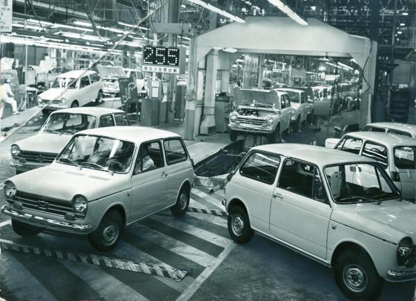 工場で作られるホンダ「N360」