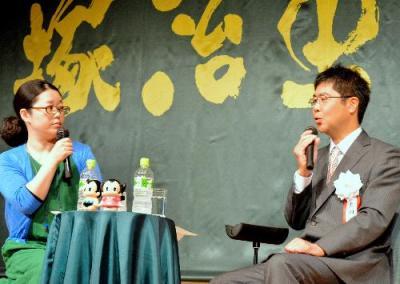 手塚治虫文化賞の記念イベントで対談する吉田戦車さん(右)と伊藤理佐さん=2015年5月26日