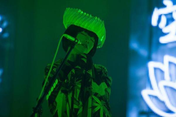 椎名林檎「百鬼夜行」ツアー。「色即是空」「The End」「The X day is coming」などの言葉をネオンサインにしたステージで歌う椎名林檎=11月6日、東京・渋谷のNHKホール荒井俊哉氏撮影