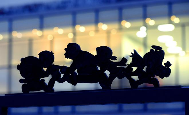 「川崎市 藤子・F・不二雄ミュージアム」の窓明かりに浮かび上がった、ドラえもんやのび太たちのモニュメント