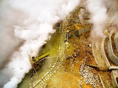 ドローンから撮影された箱根・大涌谷=神奈川県提供、2015年6月20日