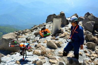 御嶽山の捜索では火口や急斜面など危険な場所には小型無人飛行機(ドローン)を飛ばし、現場の様子を撮影した=御嶽山、八丁ダルミ東側斜面。長野県警提供、2015年8月1日