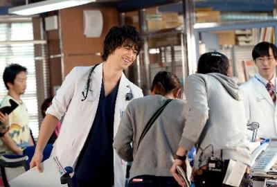 ドラマ「医師たちの恋愛事情」で年上の女医にひかれていく外科医を演じた斎藤工さん