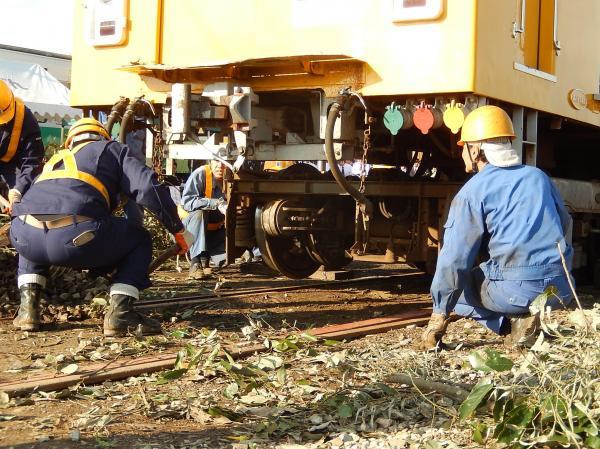 脱線した車両を線路に戻す載線作業の様子。総合事故対策訓練で=2015年11月20日
